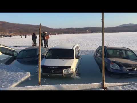 30 автомобилей рыбаков провалились под лед во Владивостоке (ВИДЕО)