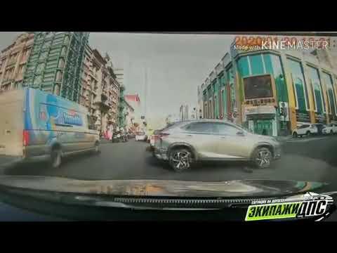 Во Владивостоке Lexus без водителя съехал задом с перекрестка и врезался в три машины