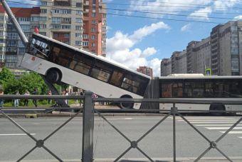 Автобус-«гармошка» взобрался на фонарный столб в Петербурге (ФОТО, ВИДЕО)