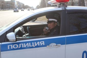 ВИДЕО: в Тыве пьяный водитель 1,5 км тащил застрявшего в окне автомобиля гаишника