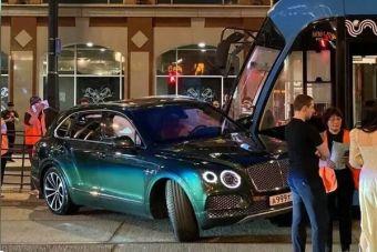 ВИДЕО: Bentley въехал в трамвай в Москве