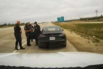 Водителя Tesla Model 3 в третий раз оштрафовали за сон во время вождения