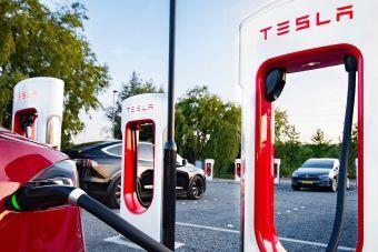 Tesla разрешила заряжаться на своих станциях электромобили других марок