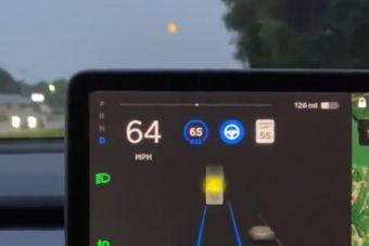 Tesla приняла луну за желтый сигнал светофора (ВИДЕО)