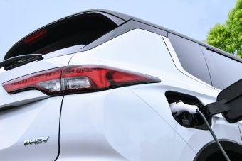 Mitsubishi анонсировала Outlander PHEV с увеличенной батареей и возросшей мощностью