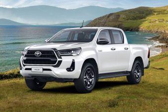 Пикап Toyota Hilux стал доступен россиянам в новой версии — с «атмосферником» и «автоматом»