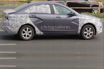 Фото: АвтоВАЗ тестирует рестайлинговую Весту в новом цвете