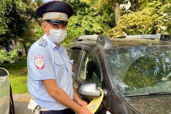Сотрудники ГИБДД Москвы начали вешать на машины дорхенгеры