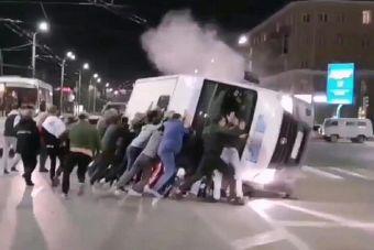 ВИДЕО: в Омске прохожие поставили на колеса перевернувшуюся маршрутку