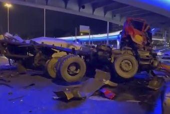 В Москве бетономешалка упала с эстакады на шоссе (ВИДЕО)