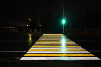 В Хабаровске установили первый светофор, проецирующий дорожную разметку