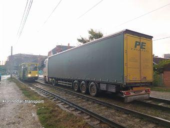В Краснодаре водитель фуры заблудился и заехал на трамвайные пути (ФОТО)