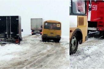 ВИДЕО: на Урале из снежного плена вызволили 2 автобуса и 18 легковушек