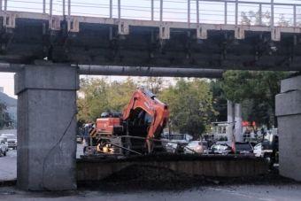 Во Владивостоке на автодорогу рухнула часть моста (ФОТО и ВИДЕО)