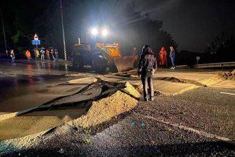 На трассе Джубга — Сочи в асфальте образовались огромные трещины (ВИДЕО)