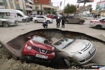 В Новосибирске две машины провалились в яму с кипятком